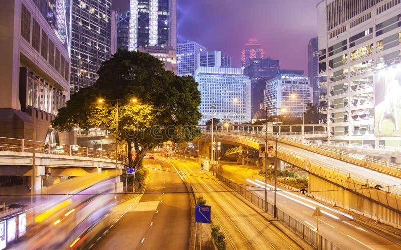 Nattsikt av den Queensway vägen, Hong Kong arkivfoton