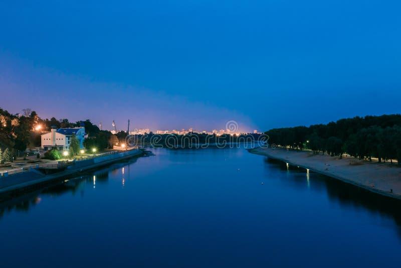 Nattsikt av den Sozh floden, strand, invallning i Gomel, Homiel, Vitryssland arkivfoton