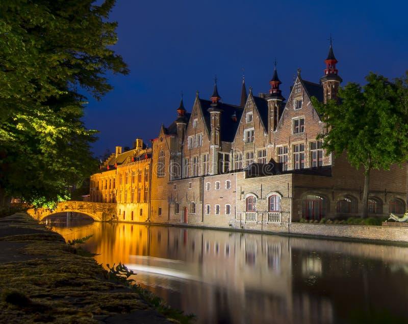 Nattsikt av den Steenhouwersdijk kanalen, Bruges, Belgien fotografering för bildbyråer