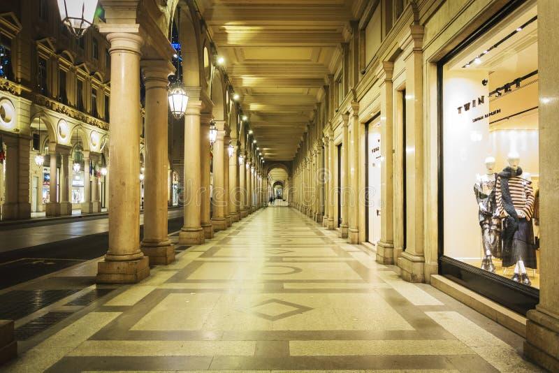 Nattsikt av den traditionella portiken in via Roma i Turin royaltyfri bild