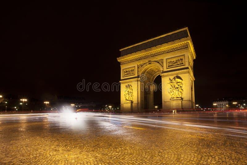 Nattsikt av den triumf- bågen i Paris arkivbilder