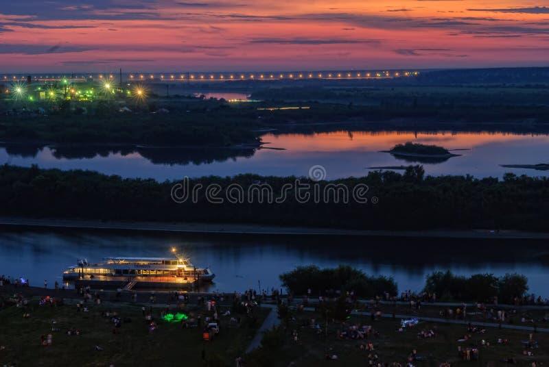 Nattsikt av den Tura floden med det turist- skeppet royaltyfria bilder