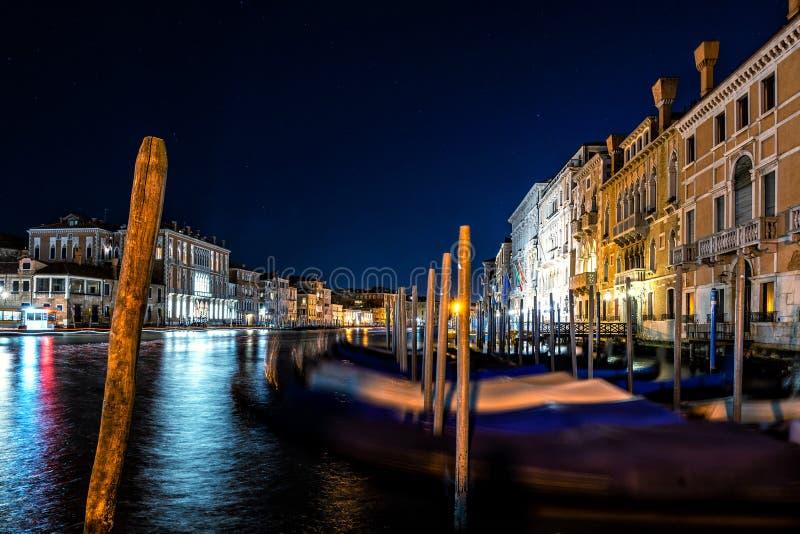 Nattsikt av den typiska kanalen och gondoler i Venedig, Italien royaltyfri foto