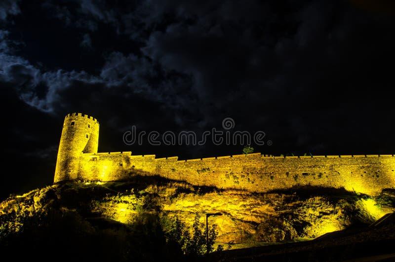 Nattsikt av den upplysta Rabati fästningslotten i den Akhaltsikhe staden i sydliga Georgia arkivfoton