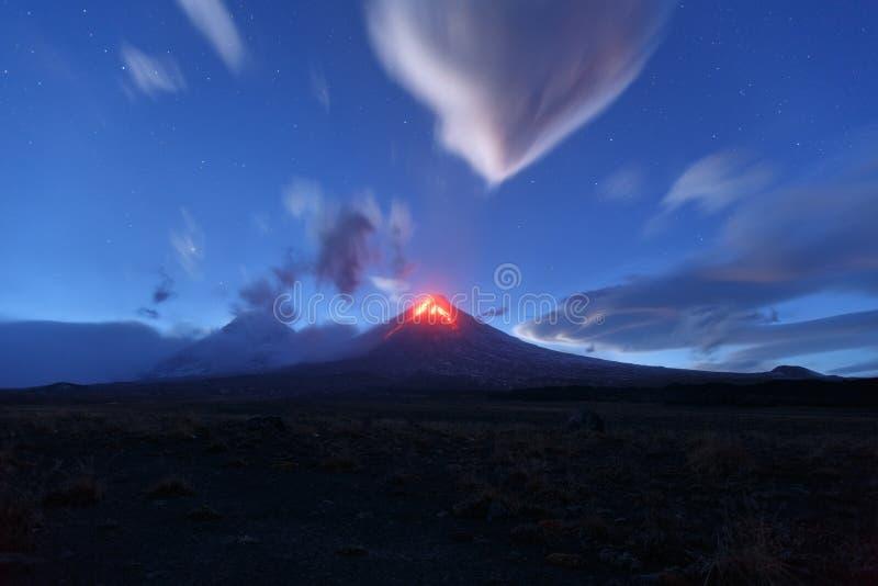 Nattsikt av den utbrottKlyuchevskoy vulkan Kamchatka halvö arkivbilder