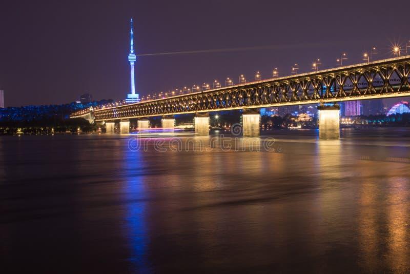 Nattsikt av den Yangtze River bron i Wuhan, Hubei, Kina, Guishan TVtorn, Yangtze River fotografering för bildbyråer
