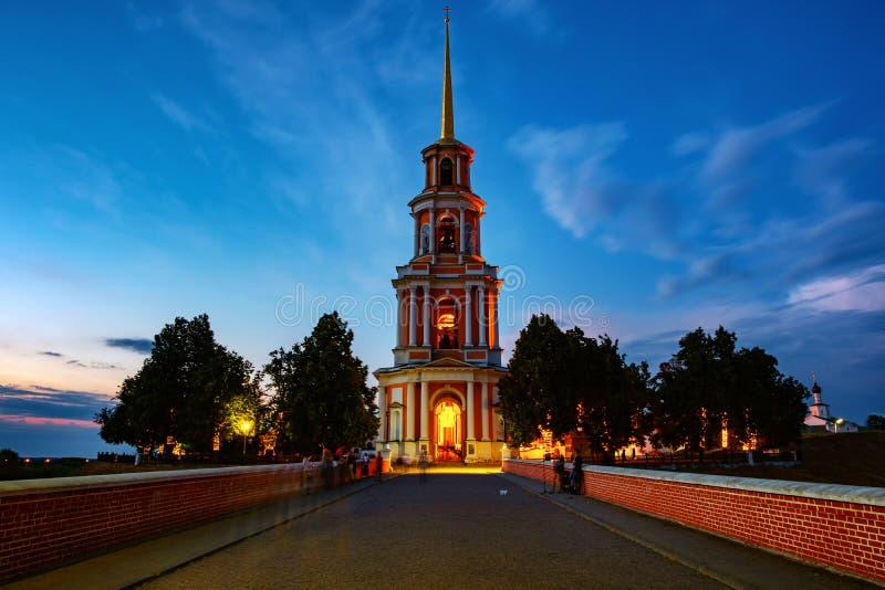 Nattsikt av det Klocka tornet och domkyrkan av den Ryazan Kreml på solnedgången, Ryssland royaltyfria foton