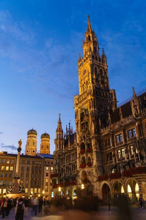 Nattsikt av det nya stadshuset på Marienplatz i Munich, Bayern royaltyfria foton