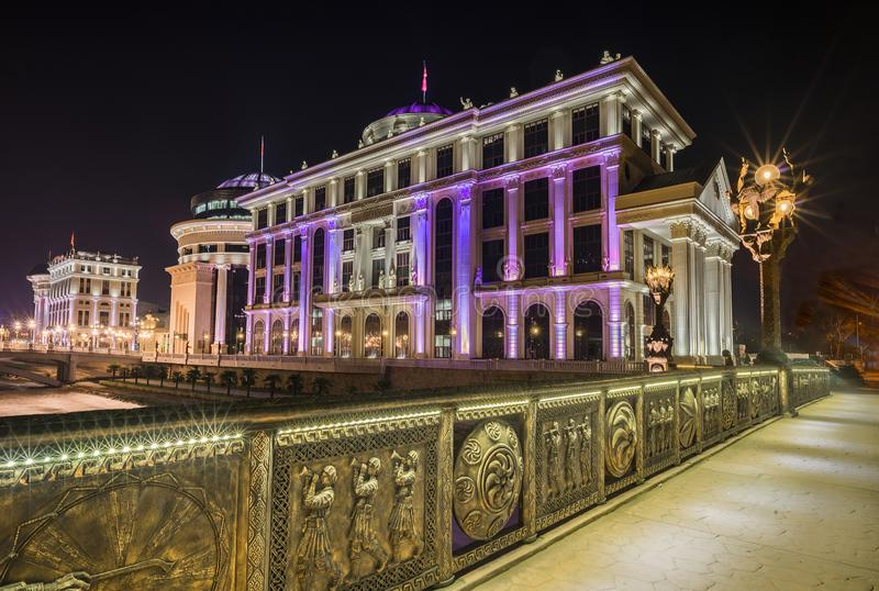 Nattsikt av det Skopje centret royaltyfria foton
