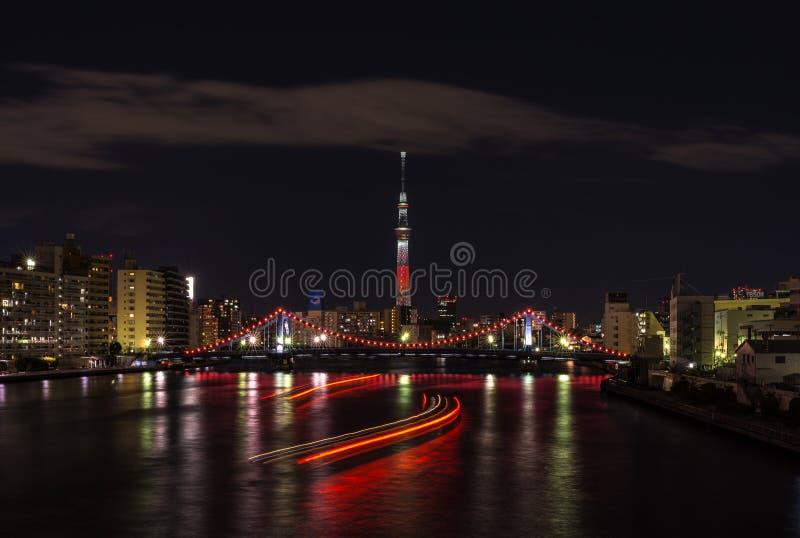 Nattsikt av det Tokyo himmelträdet på natten som vändes in i rött fotografering för bildbyråer