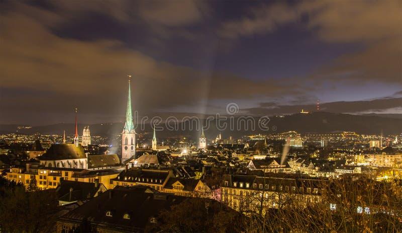 Nattsikt av det Zurich centret - Schweiz arkivfoto