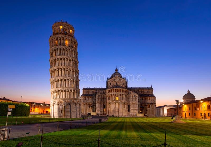 Nattsikt av di Pisa för Pisa domkyrkaDuomo med det lutande tornet av Pisa Torre di Pisa på piazzadeien Miracoli i Pisa, Tuscan arkivbilder
