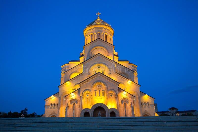 Nattsikt av domkyrkan för helig Treenighet av Tbilisi gemensamt, bekant som Sameba är den huvudsakliga domkyrkan av den georgiska arkivbild
