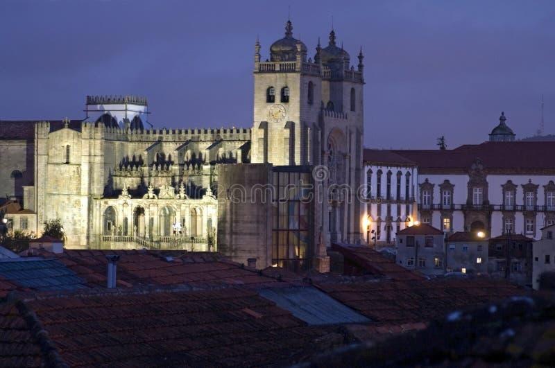 Nattsikt av domkyrkan för portugisSe de Porto royaltyfria bilder