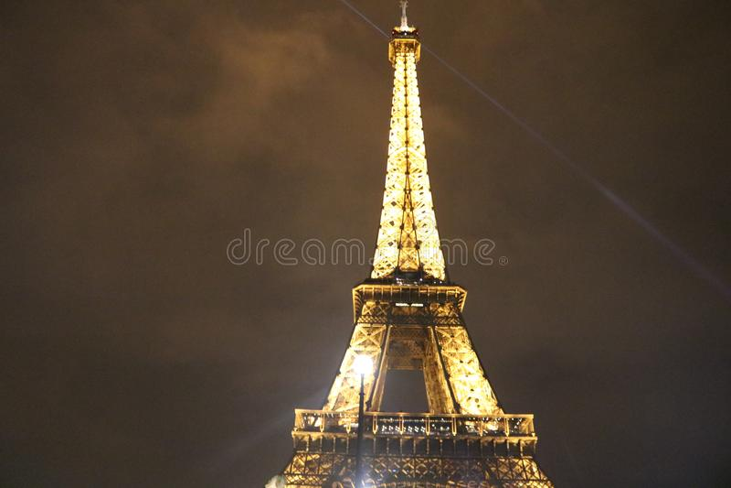 Nattsikt av Eiffeltorn, Paris arkivfoton