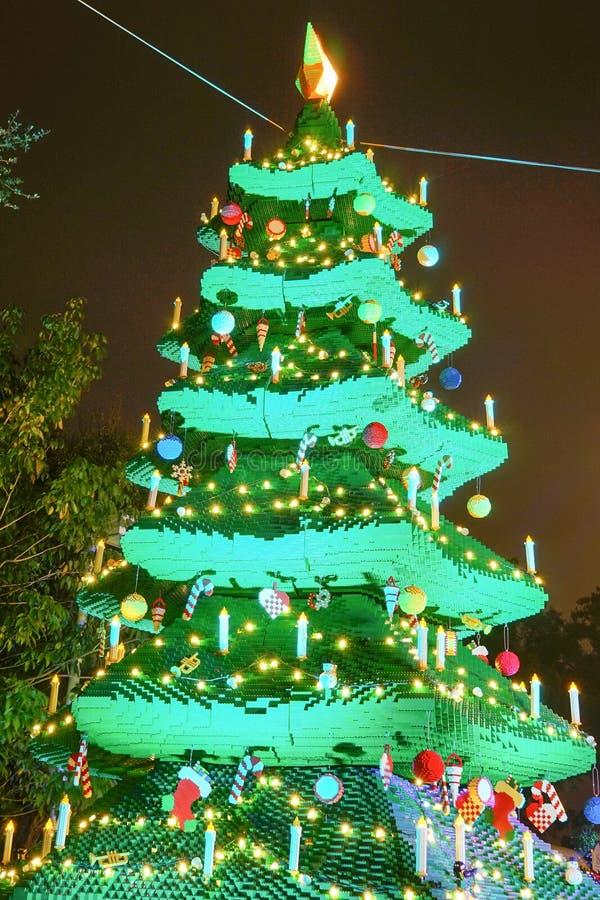 Nattsikt av en julgran som göras av Lego kvarter fotografering för bildbyråer