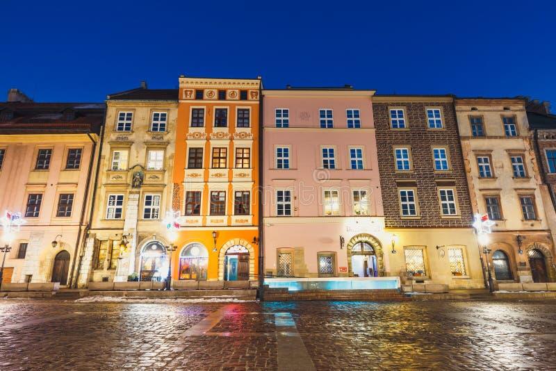 Nattsikt av en liten marknad i Krakow, Polen Den gamla staden av Cracow listade, som unesco-arvet sitter arkivfoto
