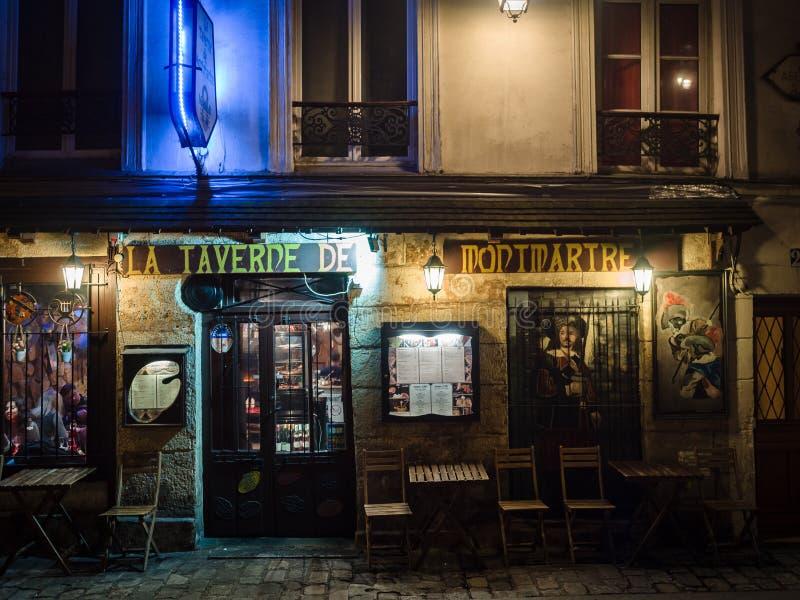 Nattsikt av en typisk restaurang i Montmartre, Paris arkivbilder