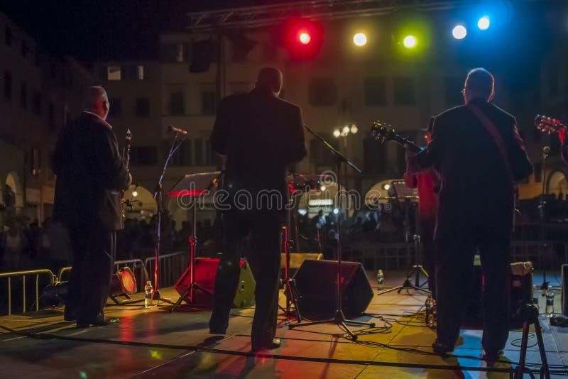 Nattsikt av en utomhus- konsert från baksidan av etappen arkivfoton