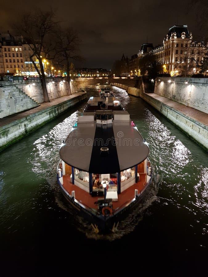 nattsikt av ett fartyg som navigerar Seinet River arkivbilder