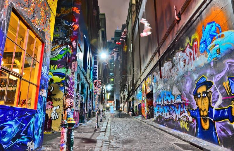 Nattsikt av färgrikt grafittikonstverk i Melbourne arkivfoto
