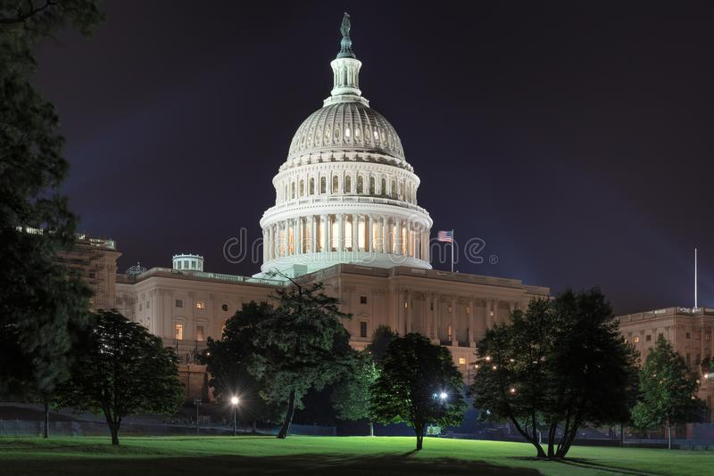 Nattsikt av Förenta staternaKapitoliumbyggnaden i Washington DC arkivfoto