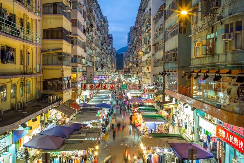 Nattsikt av fa Yuen Street Market i Hong Kong royaltyfri bild