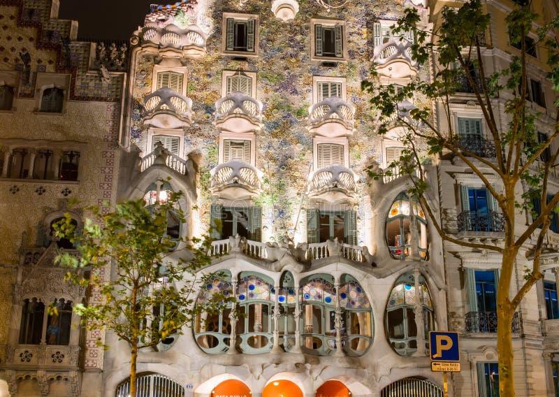 Nattsikt av fasaden av huscasaen Battlo i Barcelona, Spanien royaltyfri bild