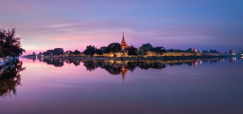 Nattsikt av fortet eller Royal Palace i Mandalay Myanmar (Burma) royaltyfri bild