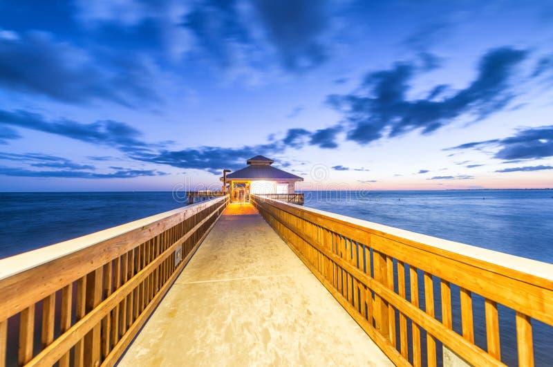 Nattsikt av fortet Myers Pier, Florida arkivfoton