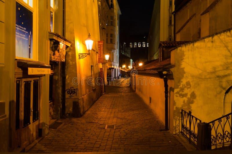 Nattsikt av gatan på den Staronova synagogan, judisk fjärdedel Josefov, Prague, Tjeckien fotografering för bildbyråer