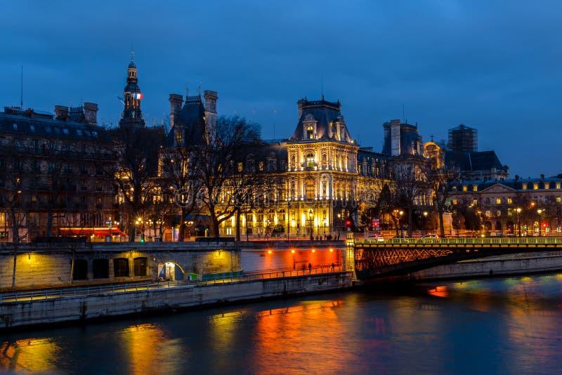 Nattsikt av hotellet de Ville City Hall Paris, Frankrike arkivfoton