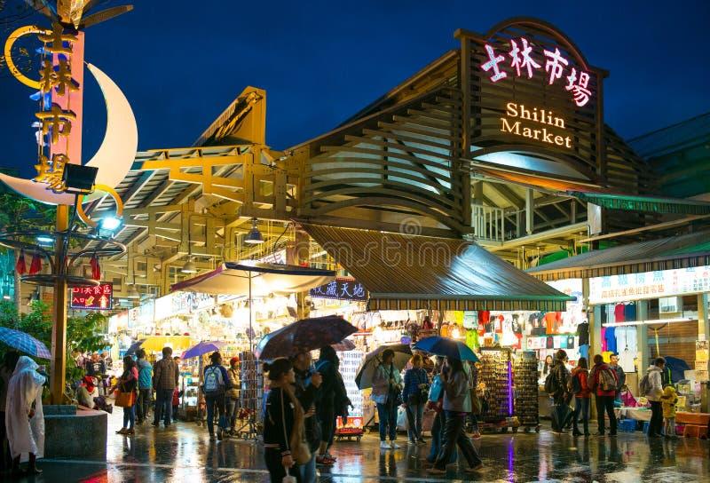 Nattsikt av ingången av den Shihlin nattmarknaden royaltyfri foto