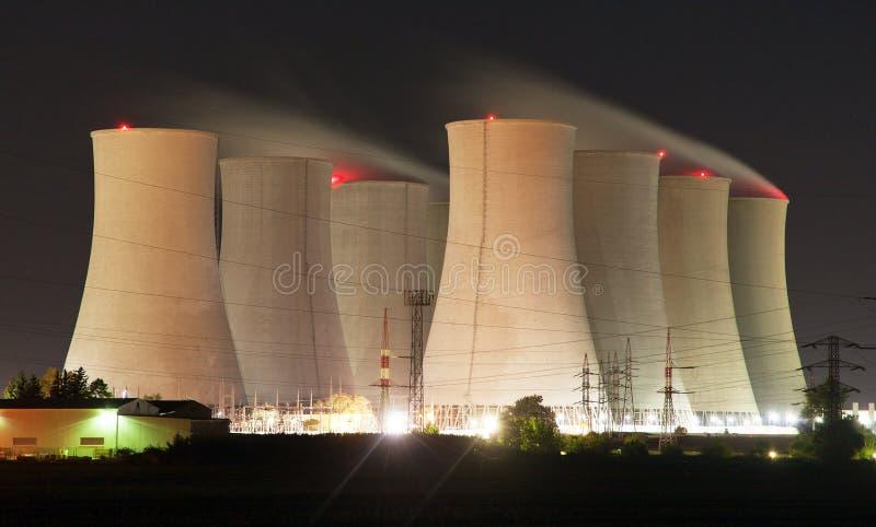 Nattsikt av kärnkraftverket och kylatorn royaltyfri foto