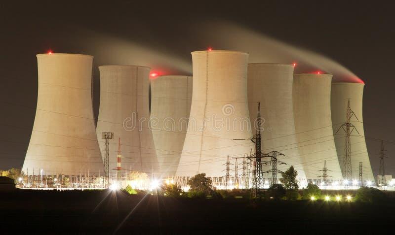 Nattsikt av kärnkraftverket och kylatorn royaltyfria bilder