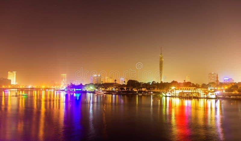 Nattsikt av Kairo över Nilen royaltyfri foto