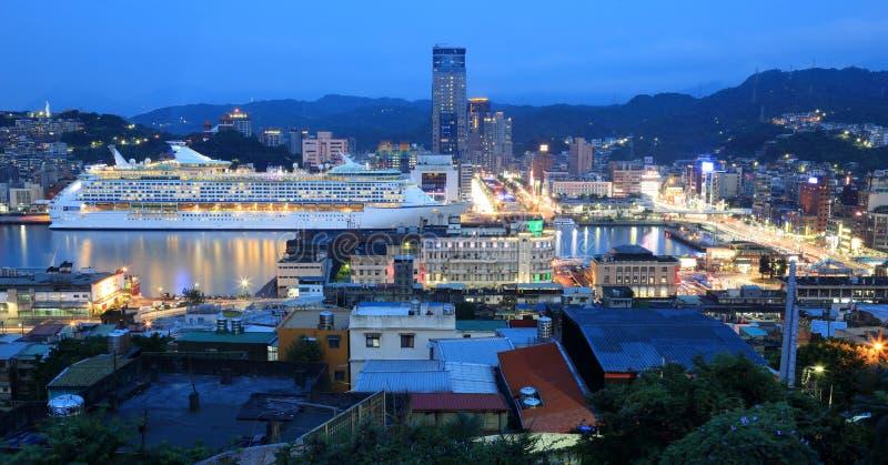 Nattsikt av Keelung ~ upptagen hamnstad för A i nordliga Taiwan arkivbild