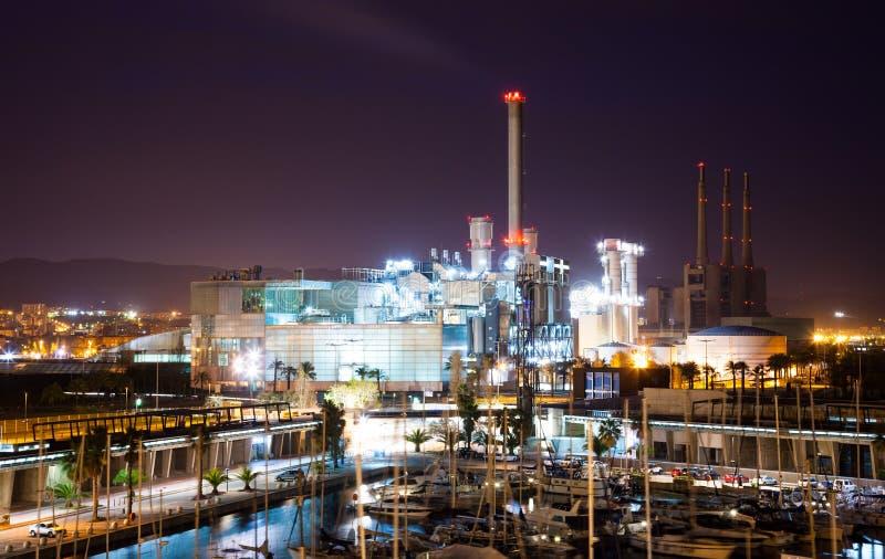 Nattsikt av kraftverket och port arkivbild