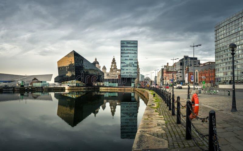 Nattsikt av Liverpool, horisont in mot Albert Dock royaltyfri foto