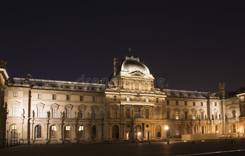 Nattsikt av Louvremuseet royaltyfri foto