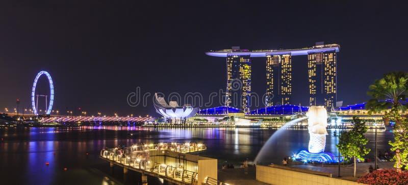 Nattsikt av Marina Bay, stads- horisont av Singapore fotografering för bildbyråer