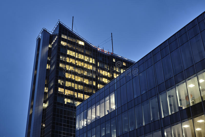Nattsikt av modern kontorsbyggnad royaltyfri foto