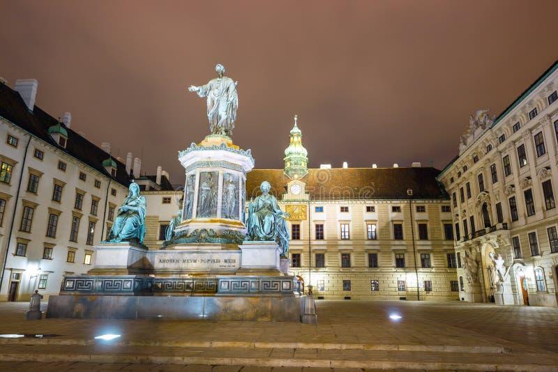 Nattsikt av monumentet till kejsaren Franz I av Österrike i Innereren Burghof i Wien, Österrike royaltyfri bild