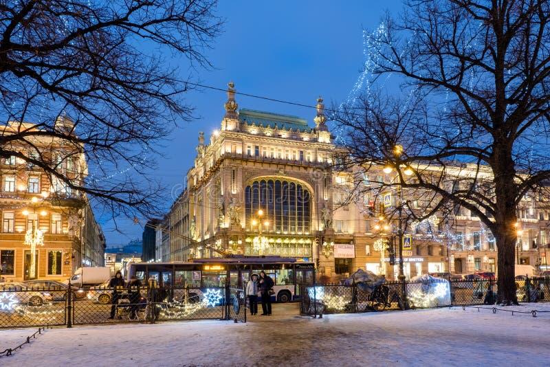 Nattsikt av Nevsky Prospekt, Eliseyev emporium- och julbelysning St Petersburg Ryssland royaltyfria foton