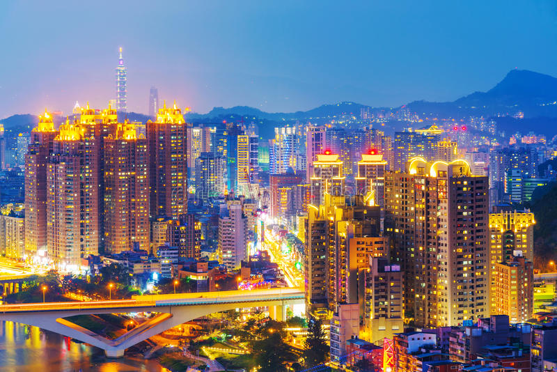 Nattsikt av nya Taipei stadsbyggnader royaltyfri bild