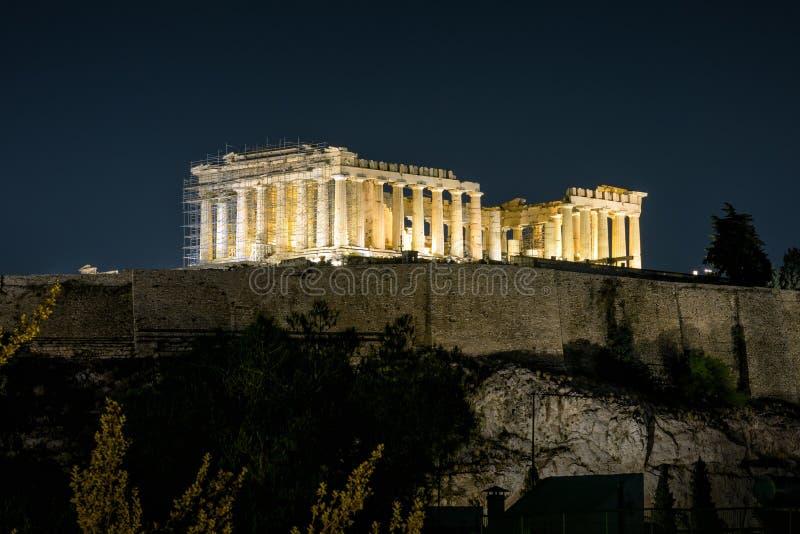 Nattsikt av parthenonen i Aten, Grekland royaltyfri fotografi