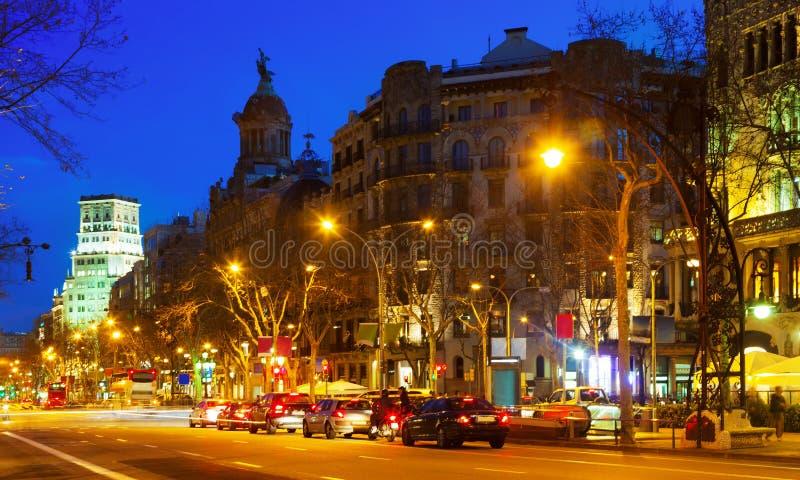 Nattsikt av Passeig de Gracia i Barcelona royaltyfria bilder