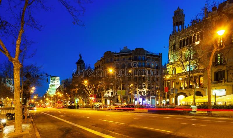 Nattsikt av Passeig de Gracia i Barcelona, Catalonia arkivfoton