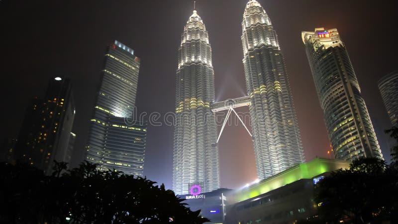 Nattsikt av Petronas tvillingbröder i Kuala Lumpur arkivbilder