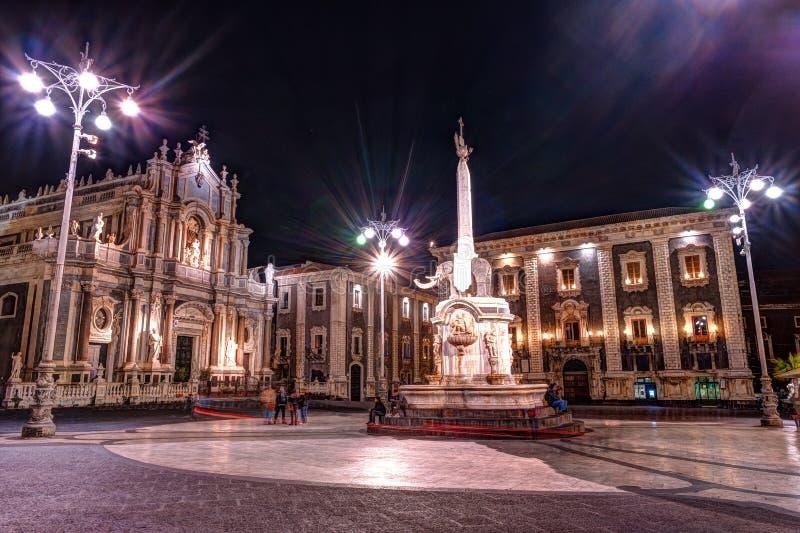 Nattsikt av piazza del Duomo i Catania, Sicilien, Italien arkivfoto